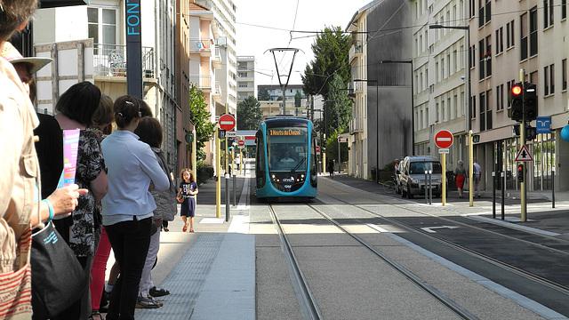 BESANCON: 2014.08.30 Inauguration du Tram: Arrivée de la première rame station Fontaine Argent 02