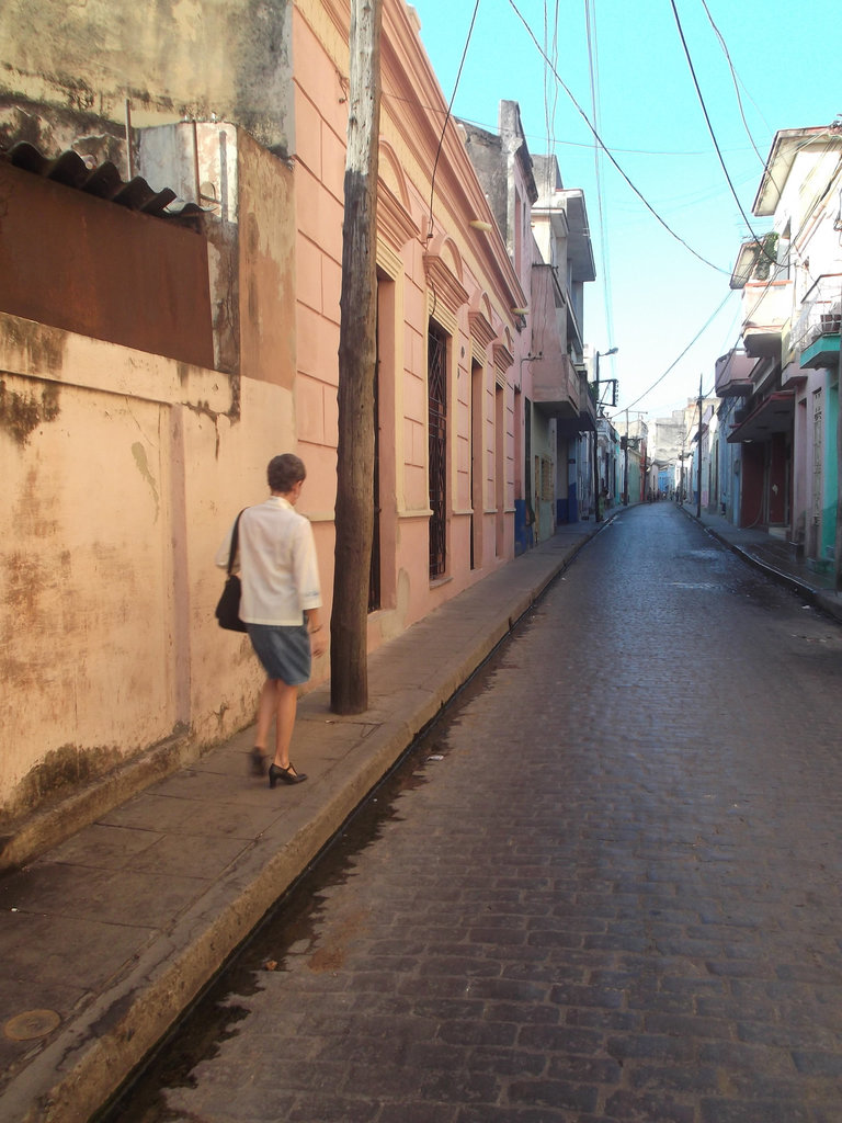 Dame cubaine en talons hauts / Cuban mature Lady in high heels - Photo originale.