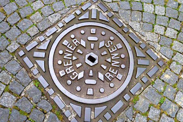 Saint-Malo 2014 – Manhole cover of Grenier of Rennes