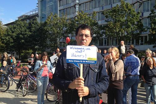 Selbstauf der Demo für Wohnungen auf dem Zeise-Parkplatz, Kemal Altun Platz