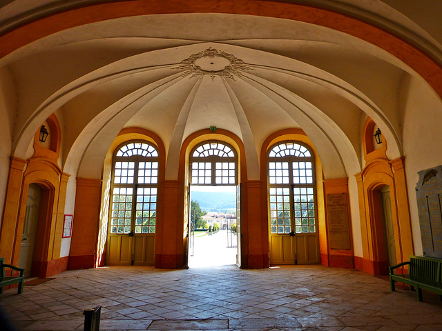 Une des entrées du cloître de l'abbaye de Cluny