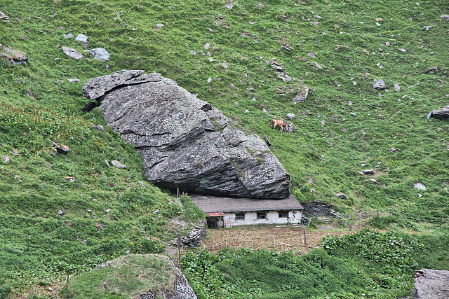 Alm im Umbaltal - Fels schützt vor Lawinen