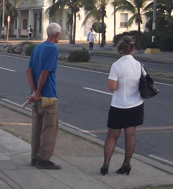 Attendre le bus en talons hauts / Waiting for the bus in high heels - Recadrage