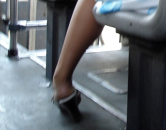 Bus mexican Lady in high heels / Dame en talons hauts dans un bus mexicain - Recadrage