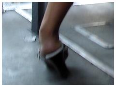 Bus mexican Lady in high heels / Dame en talons hauts dans un bus mexicain - Recadrage