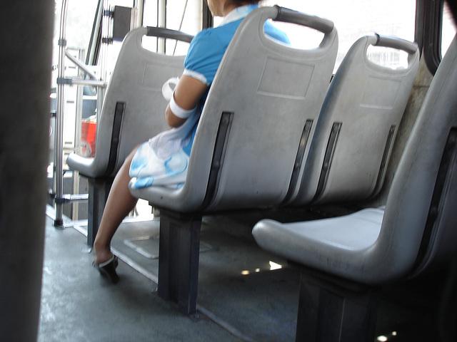 Bus mexican Lady in high heels / Dame en talons hauts dans un bus mexicain - Photo originale