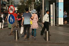 Robe rose et chapeau bleu