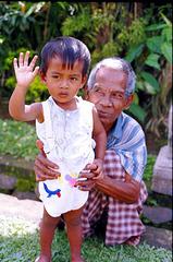 Bali,  Penglipuran, Menschen. 'Hi Langnase'....©UdoSm