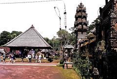 Bali,  Penglipuran, Versammlungshalle und Tempeleingang. ©UdoSm