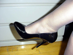 Lady Caliente's black pumps / Madame Caliente en escarpins noirs