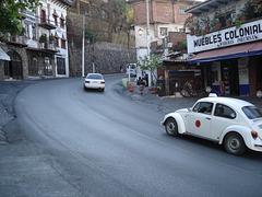 Muebles coloniales y taxi VW