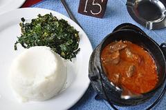 Moroho (afrika spinaco), phaletshe (maizo-kaĉo) kaj bovaĵa supo