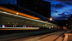 BESANCON: Passage d'un tram place flore.