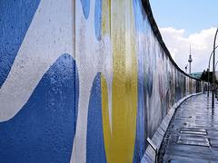Berlin (D) 13 septembre 2010. L'East Side Gallery. Il s'agit  d'un morceau du mur de Berlin de 1,3 km de long situé près du centre de Berlin, qui sert de support pour une exposition d'œuvres de street art.