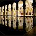 AbuDhabi : il colonnato visto dall'esterno si rispecchia nelle piscine e fontane che circondano la moskea