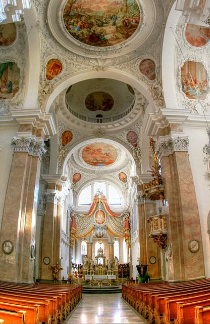 Füssen: Klosterkirche St. Mang. Langhaus mit Hauptaltar. ©UdoSm