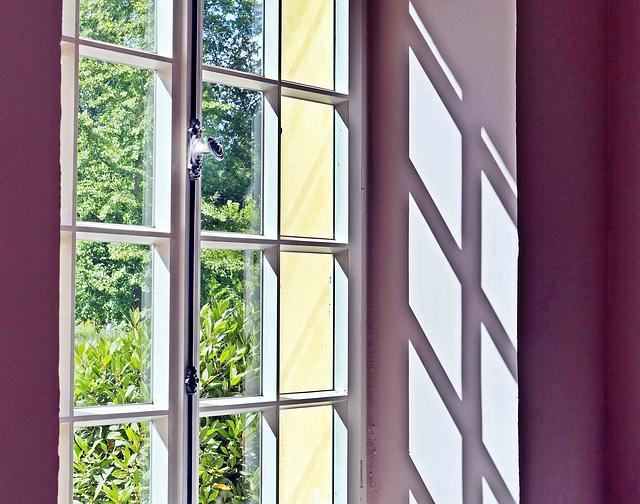 Blick aus dem Teehaus in den sonnigen Park
