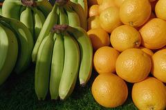 Bananes vertes et oranges orange