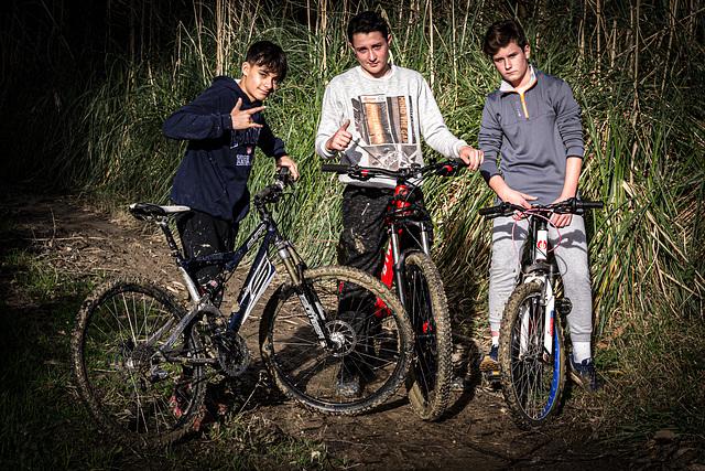 Jóvenes en bicicleta de montaña.