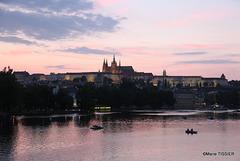 Prague le soir , à l'arrière plan le château