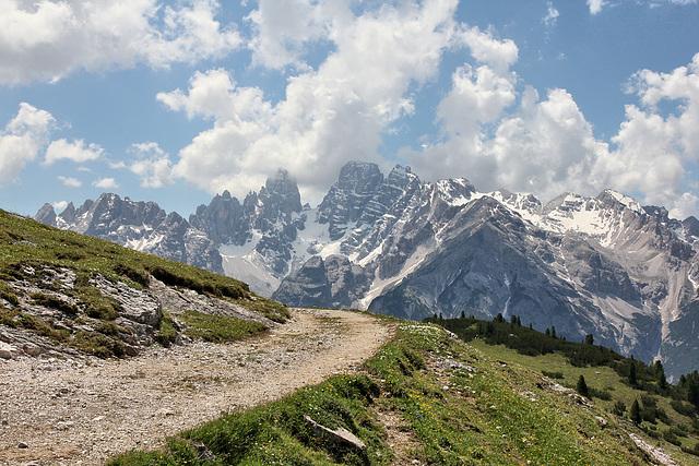 Blick vom Wanderweg auf den Strudelkopf hinein in die Dolomiten.