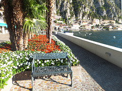Limone. Rastplätze an der Uferpromenade. Resting places on the waterfront. ©UdoSm