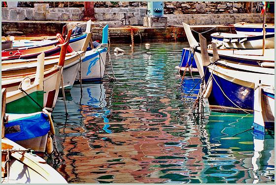 Prue e riflessi nel porto di Camogli - (584)