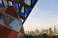 Quartier de La Défense, depuis la Fondation d'entreprise Louis Vuitton, revue et coloriée par Buren (Paris)