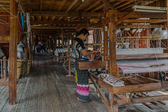 Seidenweberei in Inn Paw Khon (© Buelipix)