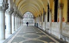 Frau in den Arkaden des Pallazzo Ducale
