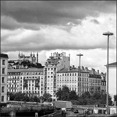 Lyon (69) 9 juillet 2014. Vue sur Fourvière depuis le TER St-André-le-Gaz / Lyon-Perrache.