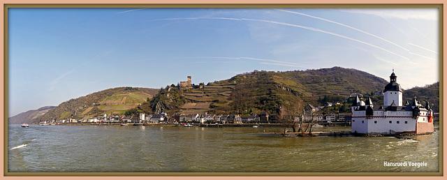Burg Pfalzgrafenstein  bei Kaub ehemalige Zollstation im Rhein /oben links Burg Gutenfels
