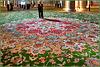 AbuDhabi - il fotografo passeggia su questo tappeto di fiori a piedi scalzi -