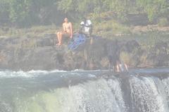 """Unu el la plej famaj logaĵoj de la akvofaloj estas la """"diabla naĝejo"""", natura naĝejo rande de la akvofalo, en la Zambia flanko"""