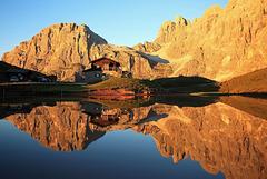 Baita Segantini con il Monte Mulaz e la Cima del Focobon