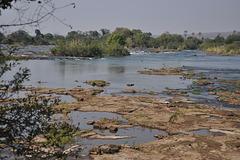 La rivero Zambezi antaŭ la akvofalo, landlimo inter Zambio kaj Zimbabvo