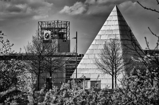 von Pyramiden zum BMW