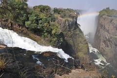 En tiu punkto la akvo de la rivero Zambezi disfalas en la ravinon