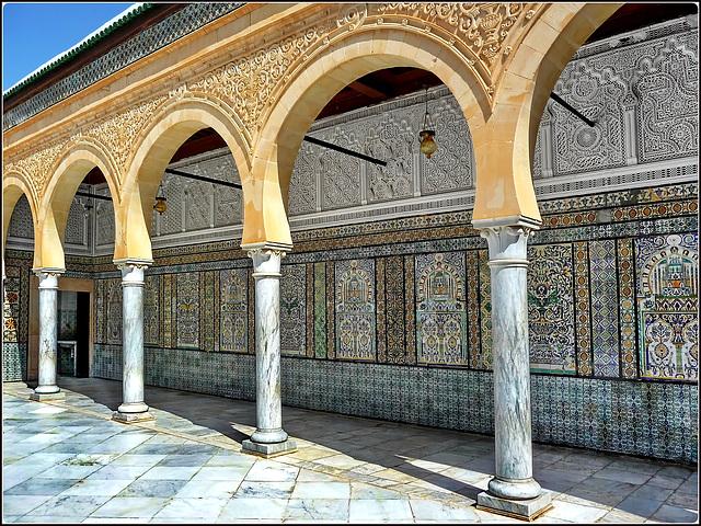 Kairouan : la moskea del barbiere (2) - preziose decorazioni nel piazzale -