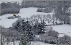 Paysage hivernal avec une pelleteuse jaune