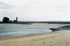 1991 an der Elbe bei Gartow. Noch steht der Zaun. Drüben ist der Osten.