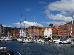 Moderne Schiffe und alte Häuser