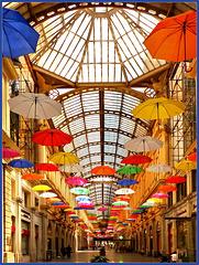 Genova : Un pò di colore in Galleria Giuseppe Mazzini - (930)