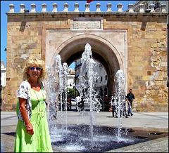 Tunisi : Porte de Bhar - l'ingresso principale alla Medina con una simpatica fontana e una turista italiana !