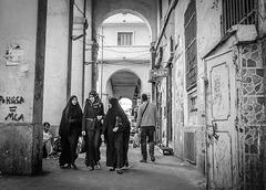 Alger : sous les arcades, les étudiantes...