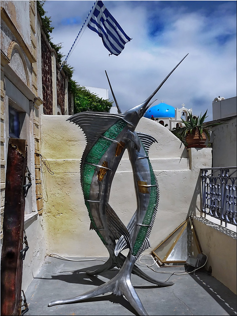 Santorini : Bandiera greca e scultura marinara - (998)