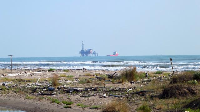 Spiaggia Lido di classe veduta su piattaforma gas_2