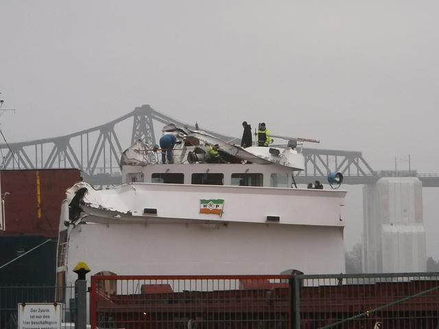 Der stark beschädigter Frachter nach Kollision mit der Schwebefähre