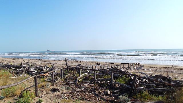 Spiaggia Lido di classe veduta su piattaforma gas