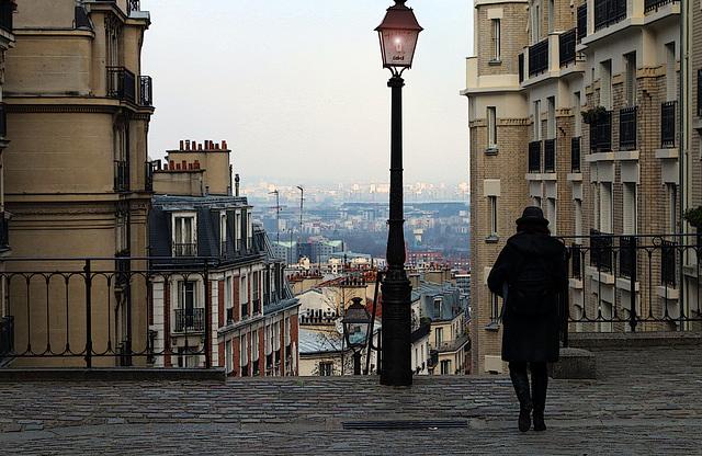 La dame au chapeau sur la Butte Montmartre